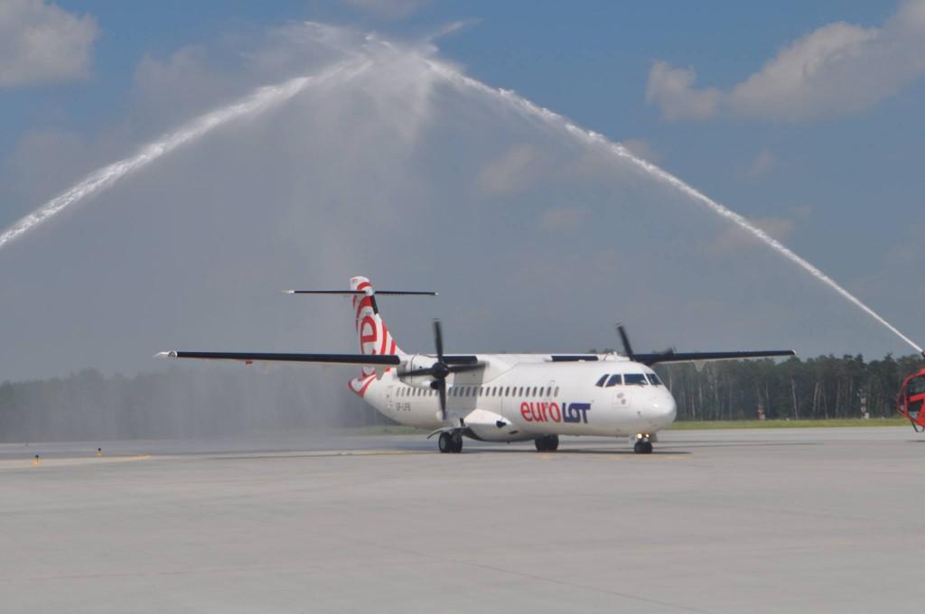 salut wodny na cześć pierwszego o krajowego lotu rejsowego - zdjęcie Port Lotniczy Lublin