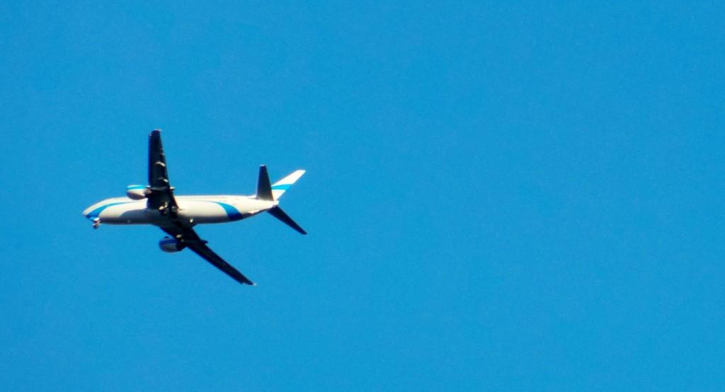 Lot ENT697, REG SP-ENF, B737, podchodzi do lądowania - zdjęcie wykonane z balkonu na osiedlu Poręba