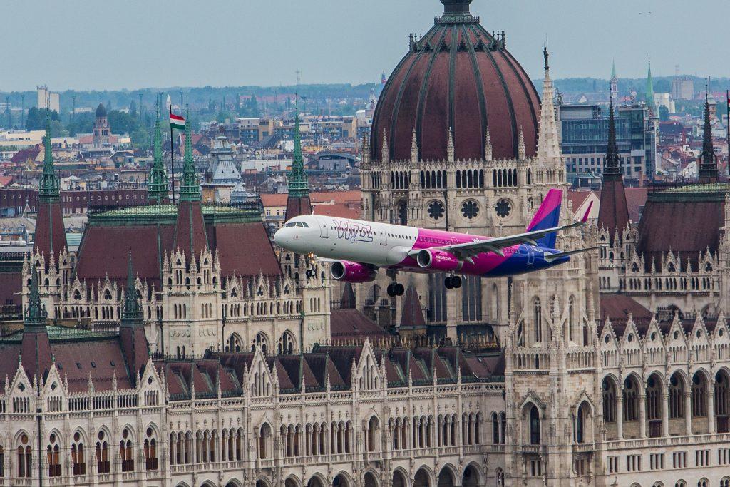 A321 na tle Budapesztu podczas Air Show 2016- autor Arpad Foldhazi