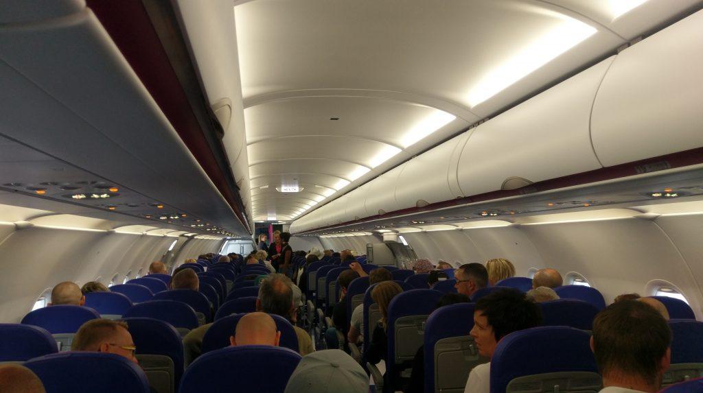 wnętrze kabiny A321 - na pierwszy rzut oka widoczny dłuuugaśny pokład (zdjęcie wykonane z rzędu 21)